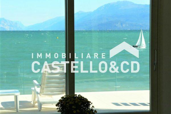 Villa a lago con spiaggia privata